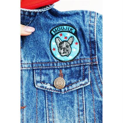 Kurtka jeansowa niebieska z czerwonym kapturem i naszywkami 2
