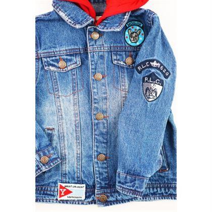 Kurtka jeansowa niebieska z czerwonym kapturem i naszywkami 4