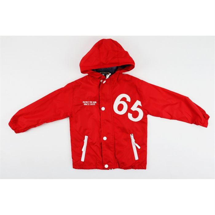 Czerwona kurtka z kapturem i naszywką 65