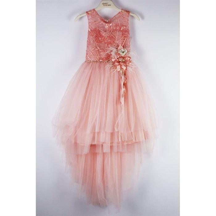 Pudrowa sukienka elegancka z przedłużonym tyłem i kwiatami