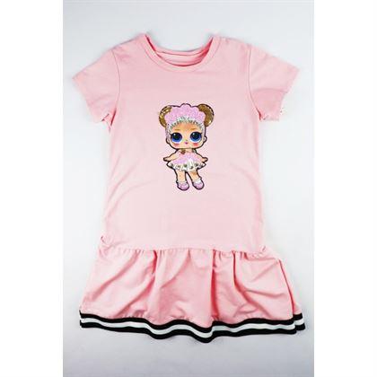 Pudrowa sukienka dla dziewczynki z dresowej tkaniny z falbanką i grafika laleczki
